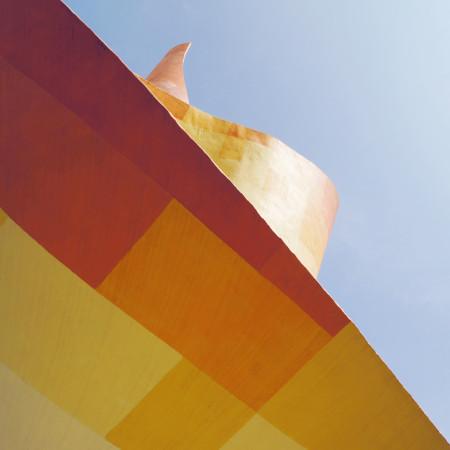 Fahnenmonument von unten nach oben fotografiert mit blauem Himmel