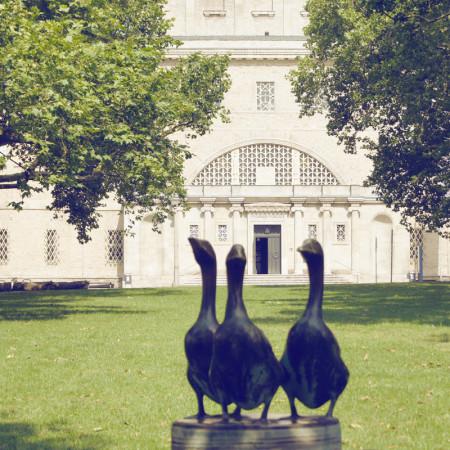 Plastik mit drei Enten und im Hintergrund der Eingang zum Landesmuseum für Vorgeschichte