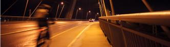 Nachts: Radfahrer auf der Berliner Brücke