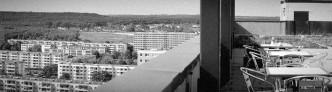 Blick von der Dachterasse des Cafe Skyline auf die Plattenbauten in Halle Neustadt