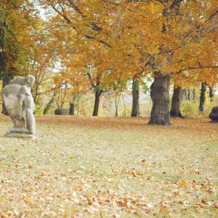 Plastik im Heinrich-Heine-Park mit Bäumen im Herbst
