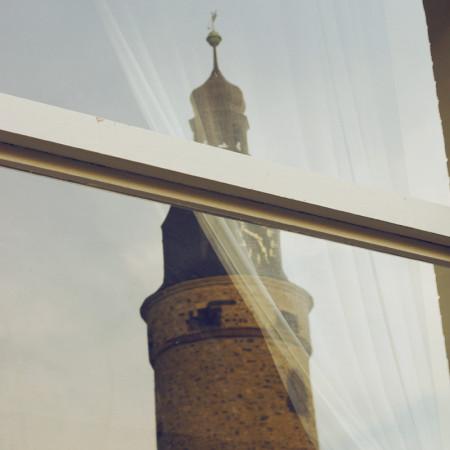 Leipziger Turm spiegelt sich in Fenster