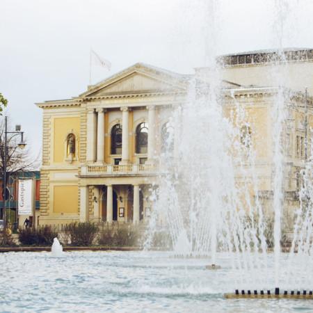 Oper von Halle mit Springbrunnenfontäne davor