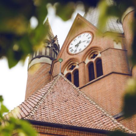 Blick durch Blätter hoch zur Pauluskirche