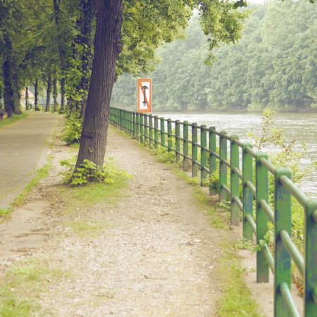 Grünes Geländer am Riveufer