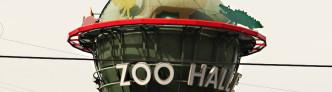 Turm mit Zoo-Werbung am Bahnhof