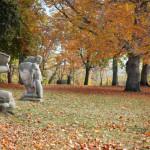 Zwei Skulpturen im Heinrich-Heine-Park, Herbststimmung
