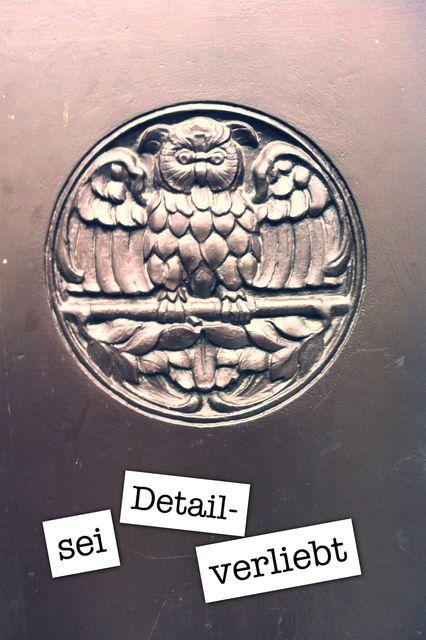 Eulen-Schnitzerei auf einer Tür