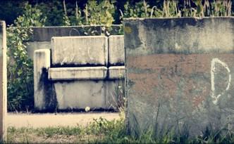 Grabungsstätte - mit Gras bewachsenes Betonsofa