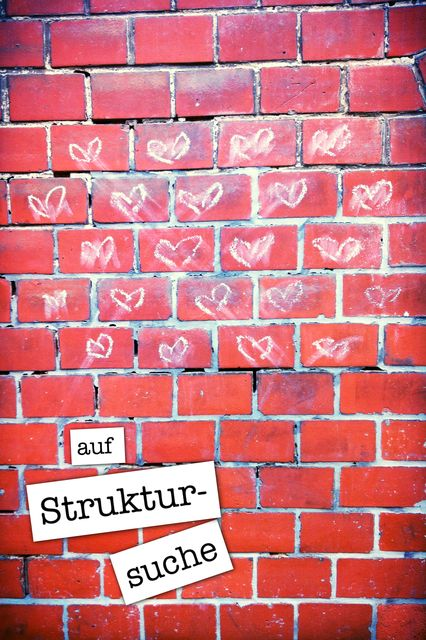 Mauerstück bemalt mit vielen Herzen