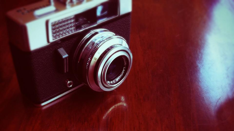 Analoge Kamera steht auf Tisch