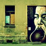 Graffitigesicht auf Tür (altes Haus)
