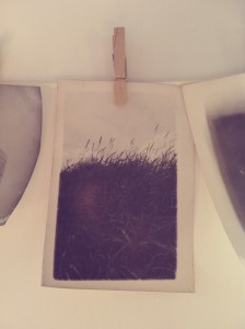 Schwarz Weiß Fotografie hängt an Wäscheleine zum trocknen